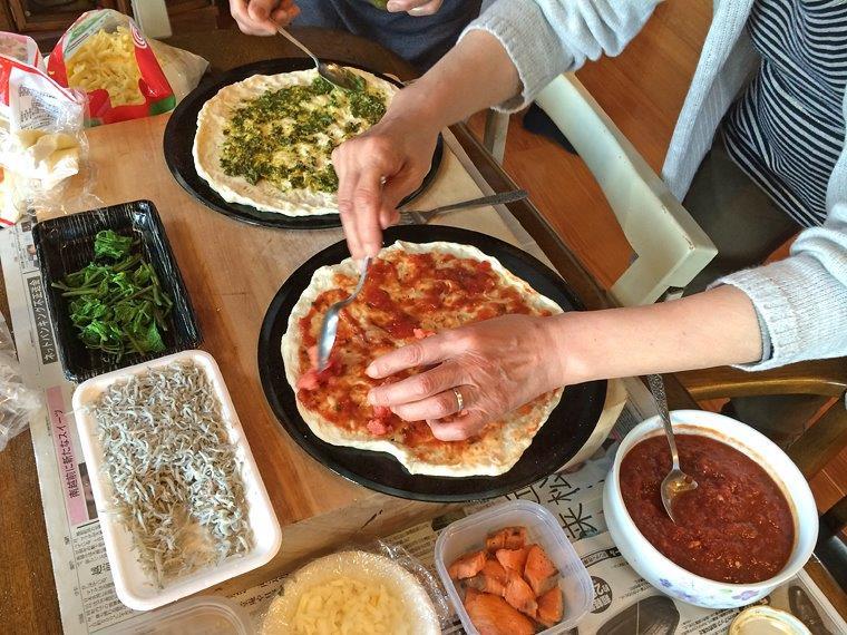 2014_0502_114538-お客様がピザをトッピング中